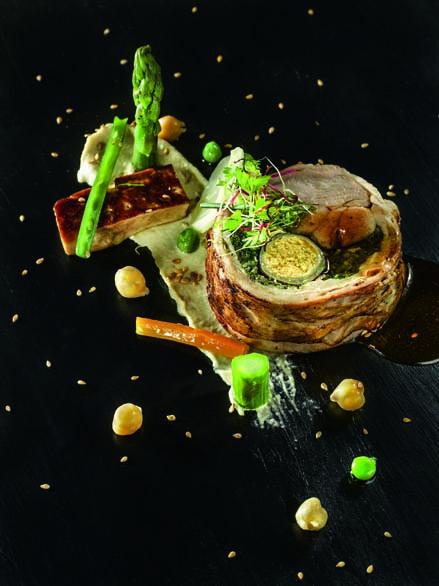 Porchetta d'agneau, crémeux de houmous, légumes de saison