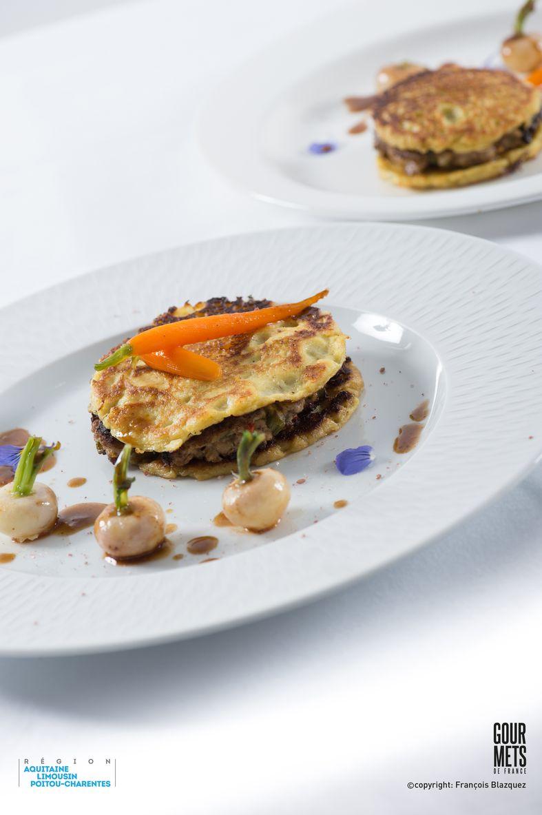 Burger de blinis au curry vert et steak d'épaule d'agneau de lait, légumes primeurs glacés