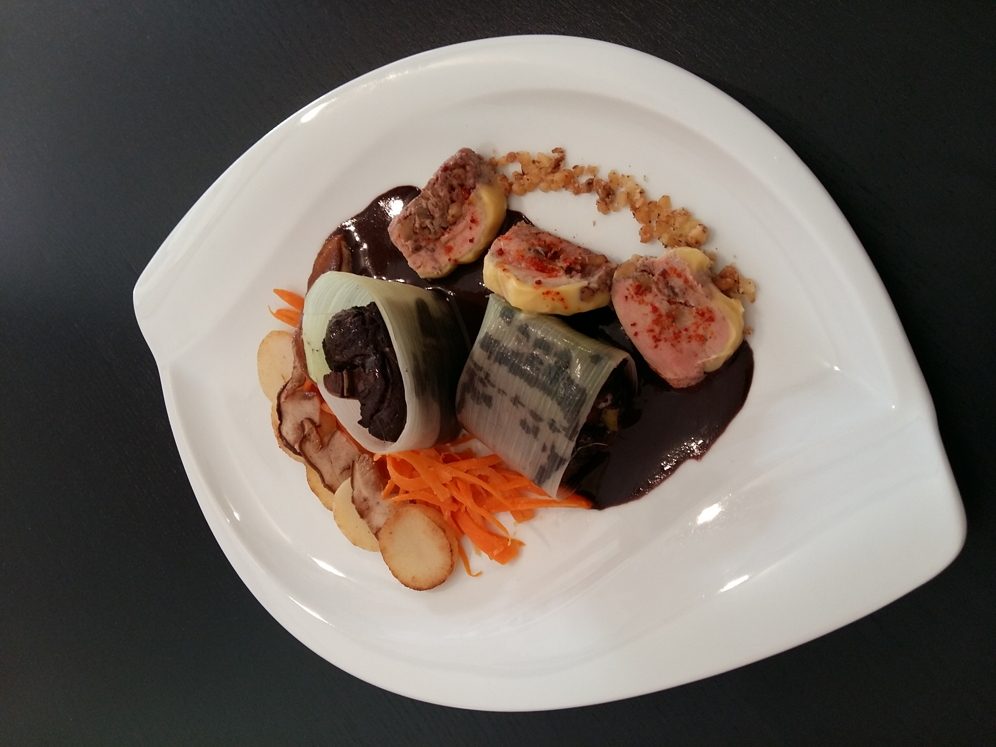 Matelote d'anguille au Pécharmant et poireaux truffés foie gras du Périgord aux noix et piment d'espelette