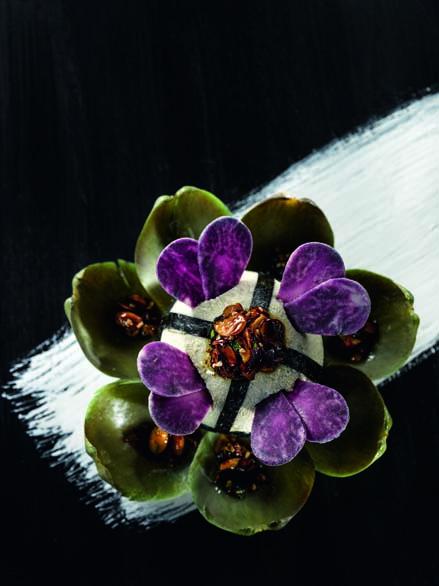 Artichaut de Macau en royale et feuilles de nori chips de vitelotte et vinaigrette solaire