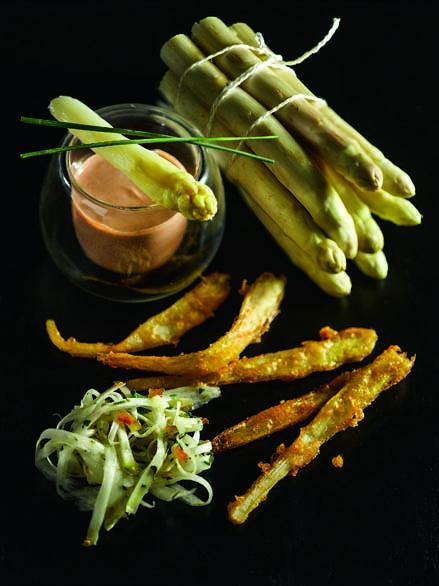 Duo d'asperges crues et en tempura, yaourt au tandoori