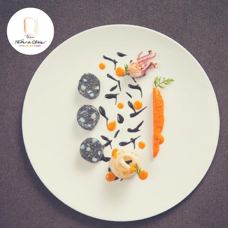 Boudin de Chipirons à l'encre, mini carottes et sésame noir