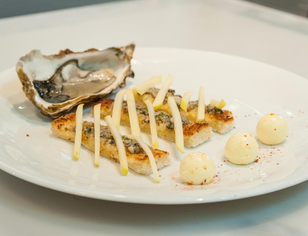 Canapé au beurre d'huîtres, tartare d'huîtres Arcachon Cap-Ferret et Pommes du Limousin