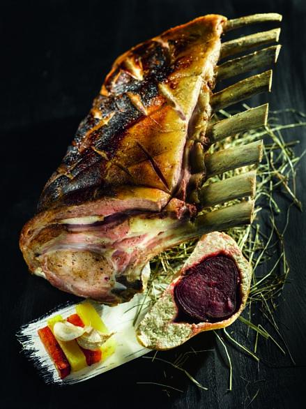 Carré de veau fermier braisé au foin betterave rouge en croûte de sel et légumes glacés