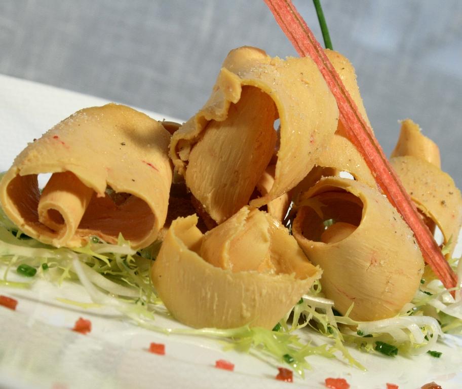 Foie gras de canard des Landes en copeaux sur fine frisée et vinaigrette rhubarbe