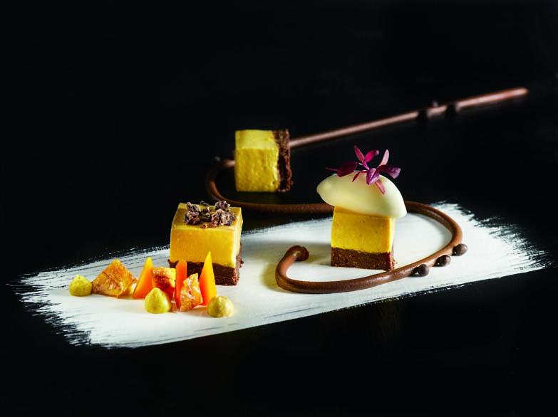 Mousse au giraumon brodé galeux d'Eysines sur sablé pressé au chocolat noir crémeux chocolat-réglisse et sorbet poire