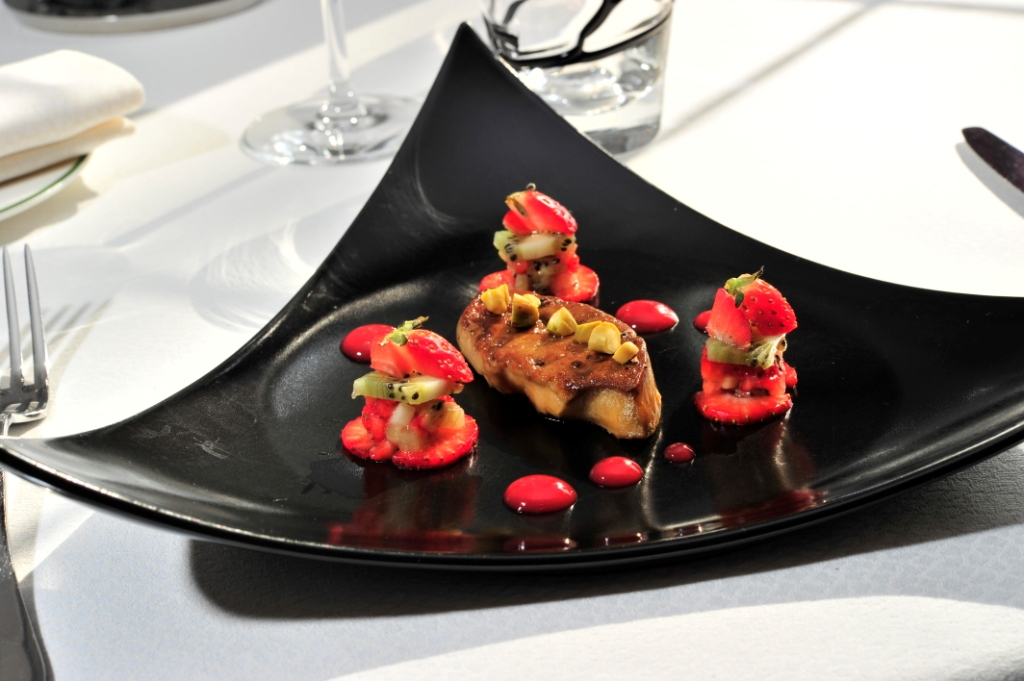 Foie gras poêlé aux éclats de pistache, brunoise de fraises Gariguette et kiwi, jus de fraise au Porto