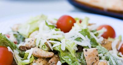 Caesar salad du Sud Ouest : volaille des Landes, tomates de Marmande et fromage d'Ossau-Iraty