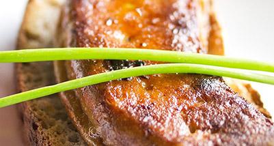 Foie gras du Sud-Ouest poêlé, aux pêches Roussanne de Monein