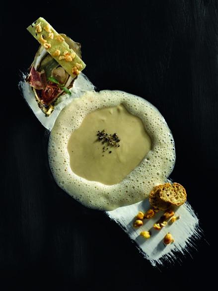 Velouté crémeux de haricots-maïs du Béarn, huîtres, jambon de pays, écume iodée, tuile pop-corn