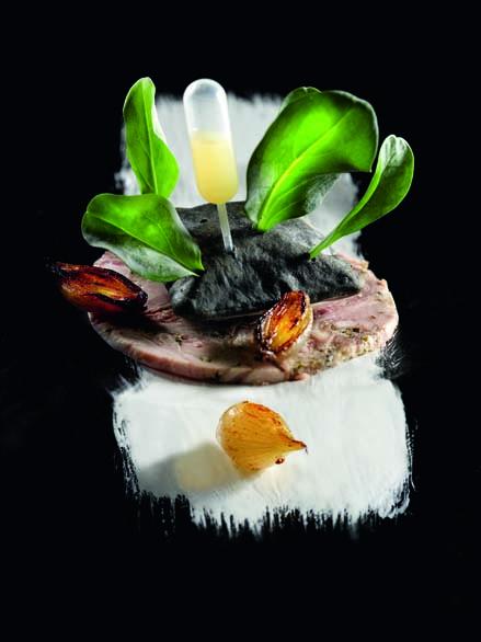Huître végétale du bassin d'Arcachon sur un coussin de yuzu compotée d'échalote et carpaccio de grenier médocain