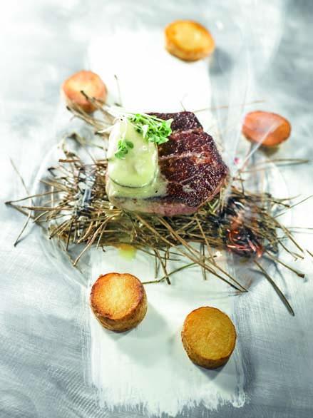 Filet de bœuf parthenaise rôti puis fumé aux aiguilles de pin, huître pochée comme une moelle