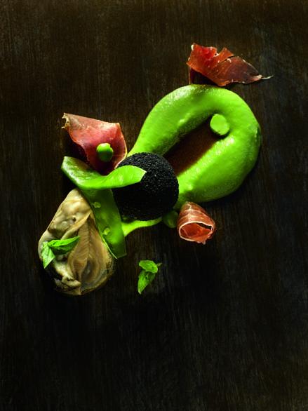 Huîtres spéciales n°3, crémeux de petits pois, Pata Negra et pied de cochon pané, parfum basilic