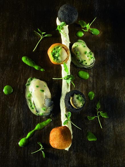 Croquettes d'huîtres Marennes Oléron comme une crépinette, panées à l'encre de seiche