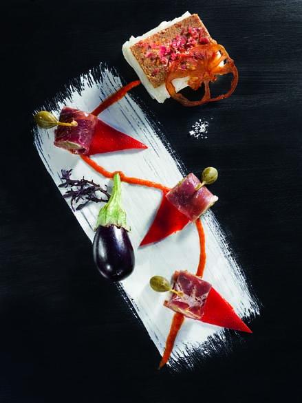 Jambon de Bayonne en viennoise gratinée sur cabillaud poché rouleaux de caviar d'aubergine et piquillos