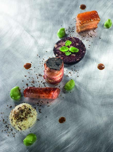 Jeux de cochon basque kintoa – pied en saucisse, poitrine caramélisée, boudin en croustillant, échine au lard fumé –, écrasée de pommes rattes à la truffe