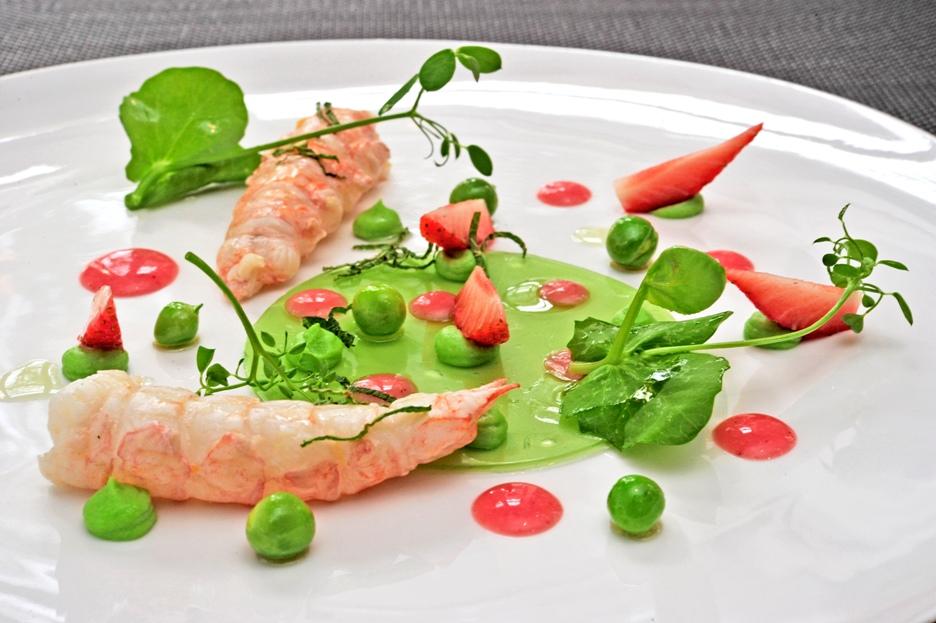 Langoustine aux fraises Ciflorette Label Rouge, petits pois et huile de menthe
