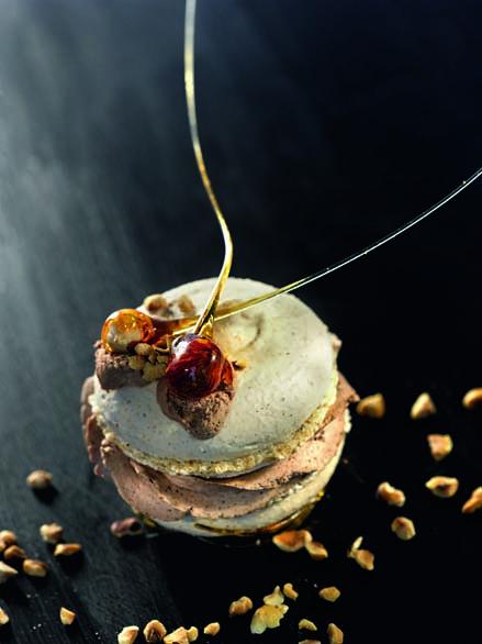 Macaron choco-noisettes et pruneaux d'Agen, crème glacée à l'armagnac