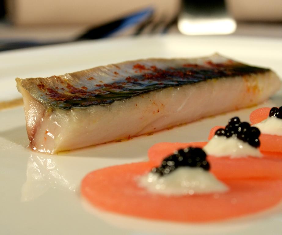 Maquereaux du bassin rôtis, pommes Roseval fumées au caviar d'Aquitaine