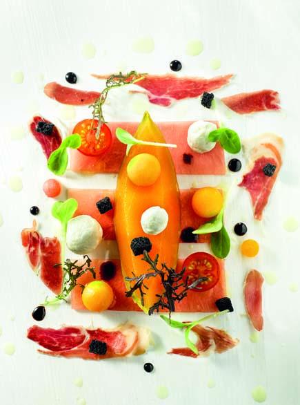 Melon du Haut-Poitou imprégné au pineau des Charentes rouges vinaigrette de pastèque, chèvre et tomates