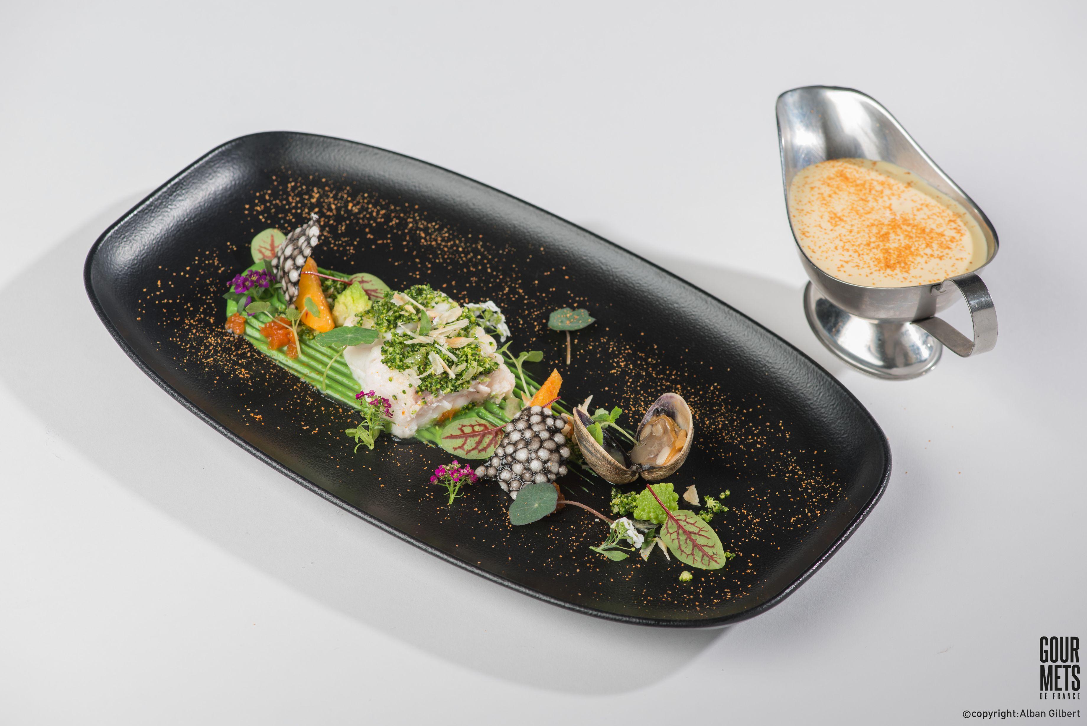 Merlu rôti, crémeux de brocolis à la noisette, palourdes de Galice, gel d'orange sanguine et sauce maltaise