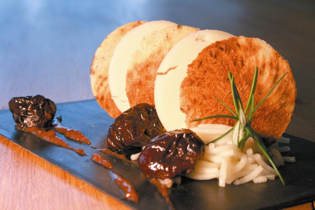Mille-feuille de fromage Ossau-Iraty et pruneaux d'Agen