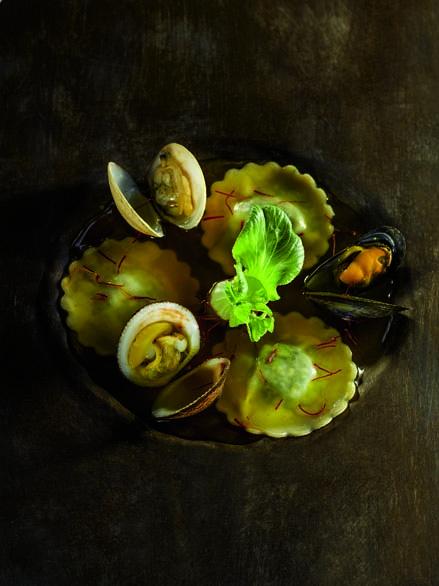 Ravioles de coquillages du bassin d'Arcachon en nage safranée, parfum de citronnelle et galanga