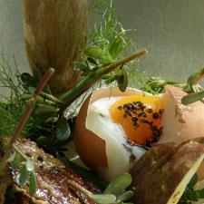 L'œuf 65, foie gras du Périgord poêlé aux cèpes et Sel noir, salade de pourpier sauvage