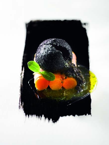 Œuf imaginaire au caviar d'Aquitaine barres de butternut confites sous un voile de lard de Colonnata