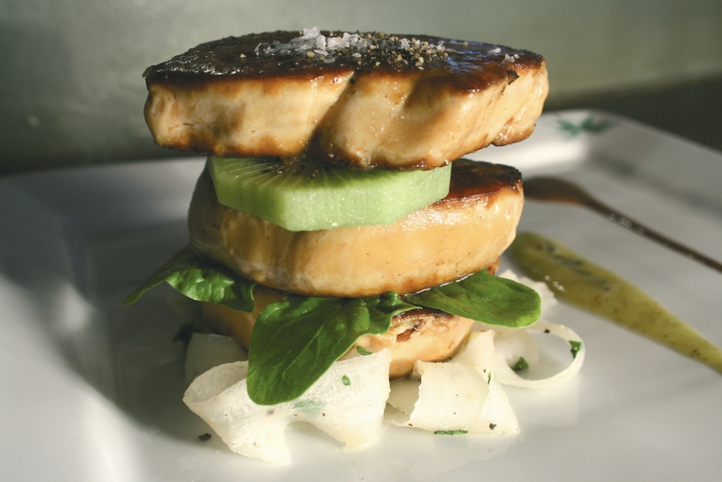 Piccatas de foie gras de canard du Sud-Ouest aux tagliatelles de radis noirs, sauce kiwi de l'Adour et cacao amer