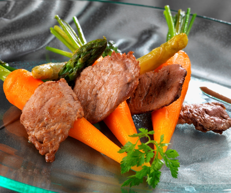 Piccatas d'agneau de lait des Pyrénées au jurançon, carottes et asperges glacées