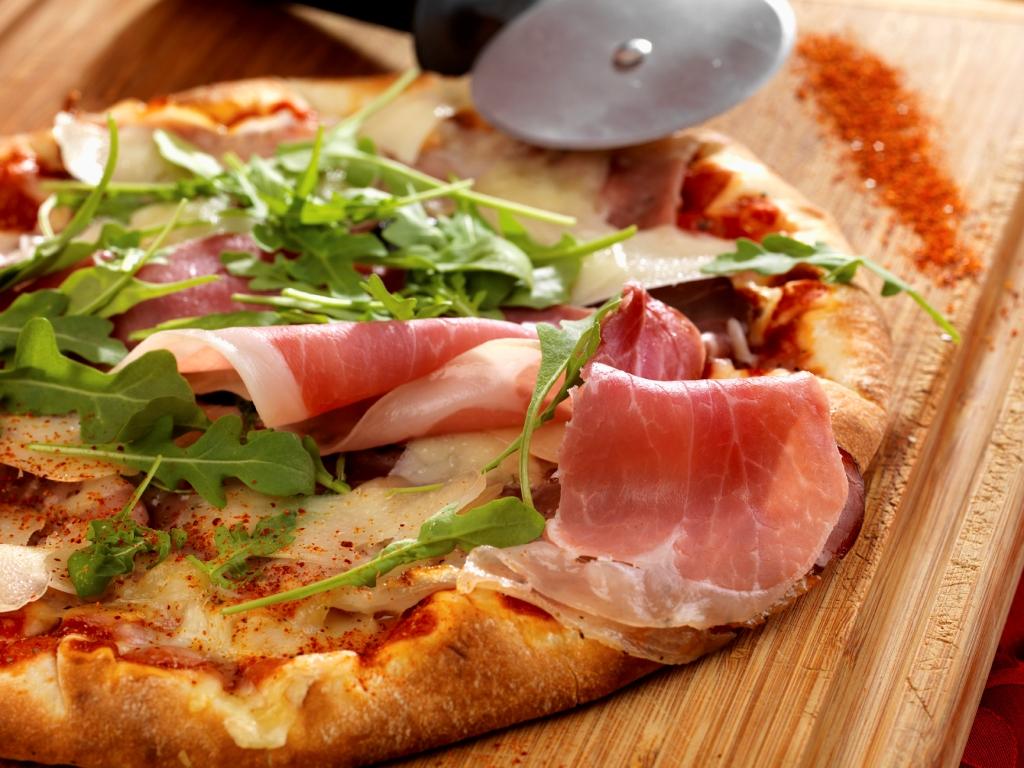 Pizza au Jambon de Bayonne, Ossau-Iraty, tomates de Marmande et roquette