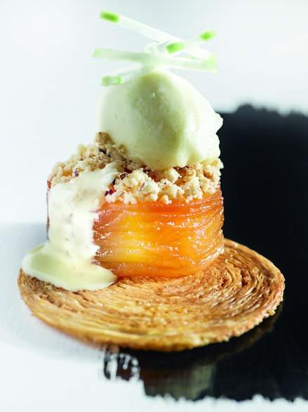Tarte aux pommes Reinette de Brive à la façon du père Denis, crème anglais au Calvados