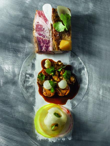 Porc cul noir juste rôti au poivre Timut, daube de bulots aux légumes d'hiver