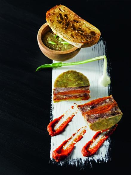 Queue de bœuf de Chalosse pressée condiment perle du Japon, câpres, moutarde à l'ancienne et tomates confites