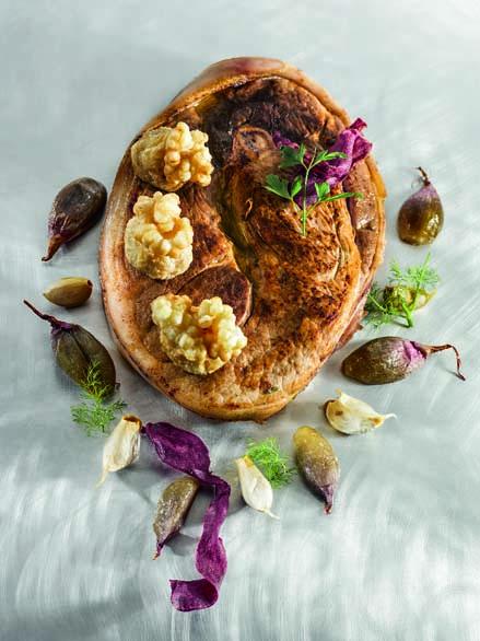 Rouelle de porc du Sud-Ouest façon grand-mère ail et échalote confits, bouchées de poires caramélisées aux épices