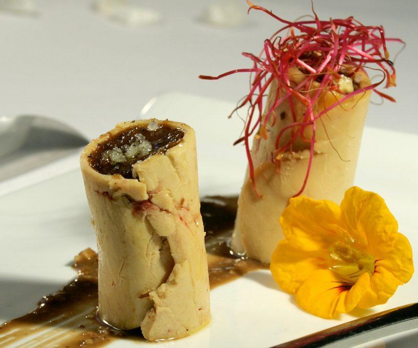 Rouleaux de foie gras cru du Sud-Ouest farci d'un chutney aux pruneaux d'Agen et oignons confits
