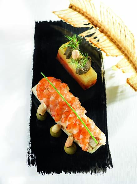 Filet de grosse sole d'Aquitaine condiment crevettes cacahuètes et olives, carottes et pommes fondantes