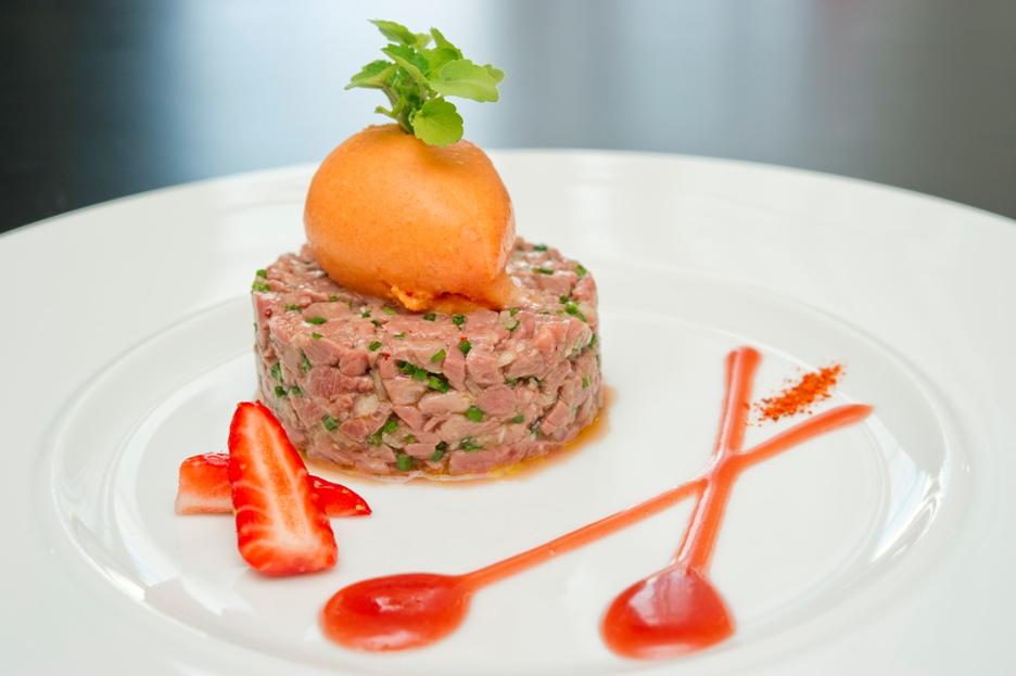 Tartare de magret de canard, sauce acidulée à la fraise Gariguette Label Rouge et sorbet piquillos