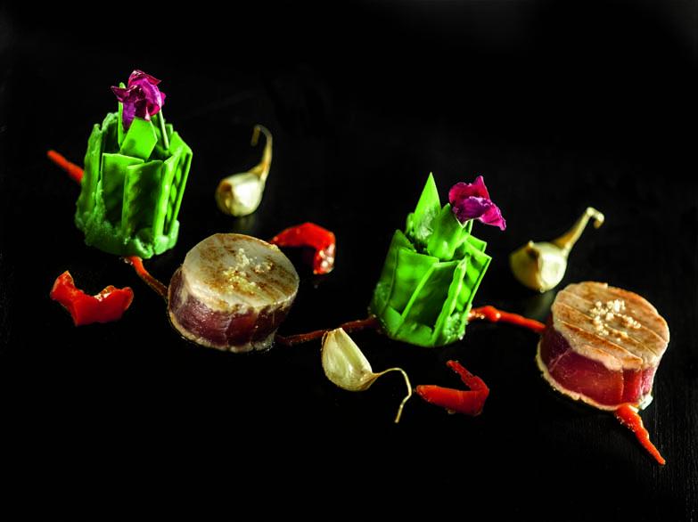 Mi-cuit de thon du Pays basque coulis de piquillos, charlottes de petits pois mange-tout