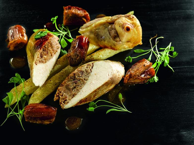 Poulet fermier du Périgord farci sous la peau noix, dattes et citron macéré, macaronis au comté