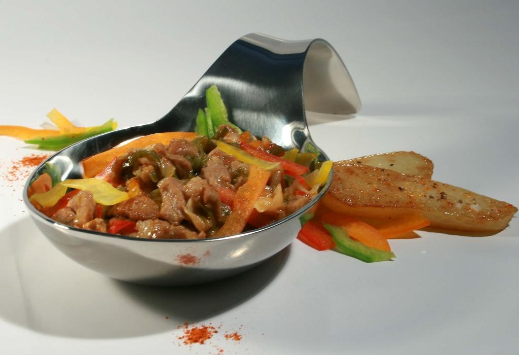 Axoa de veau sous la mère au cidre basque, compote de pommes au piment d'Espelette