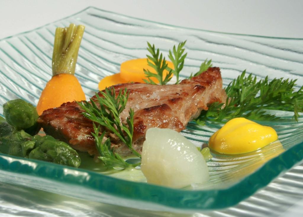 Piccatas de veau sous la mère au Sauternes, carottes, oignons et asperges caramélisées