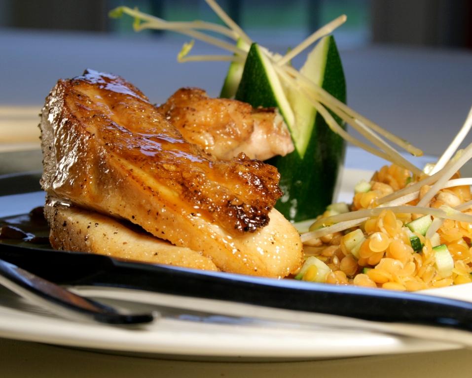 Suprême de poulet des Landes aux lentilles corail et pignons de pin