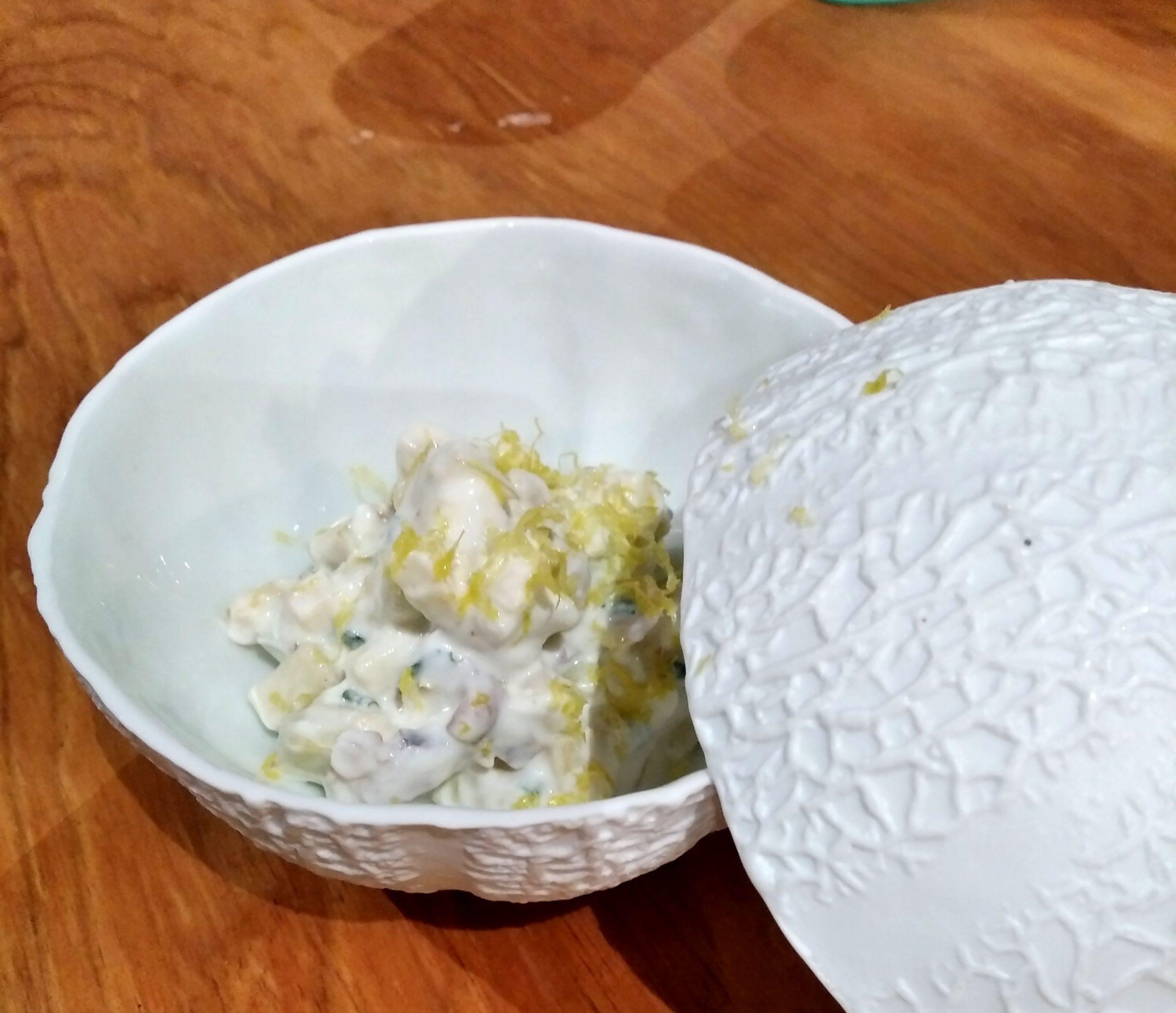 Verrine de compotée d'échalions du Poitou, pommes du Limousin AOP au curry, chantilly de cabécou du Périgord et crumble